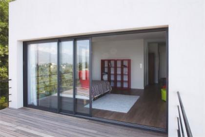 Baie vitrée aluminium trois vantaux Komilfo Préfal