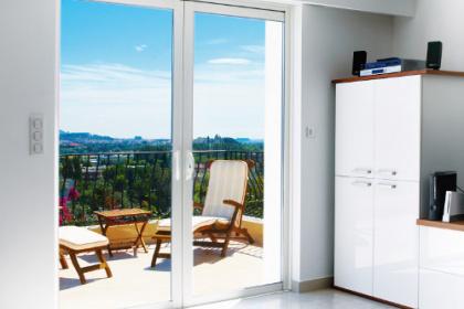 Baie vitrée coulissante aluminium à galandage avec double vantaux par Komilfo