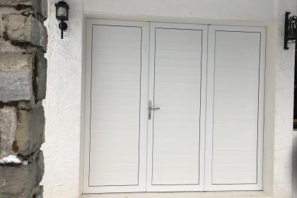 Porte de garage à vantaux installée par Komilfo Chablais Stores Fermetures en Haute-Savoie (74)