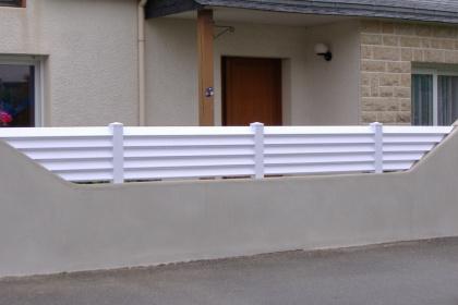 Clôture brise-vue asymétrique disponible chez Komilfo