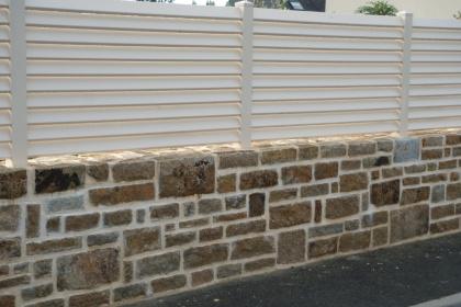 Clôture PVC brise-vue beige disponible chez Komilfo