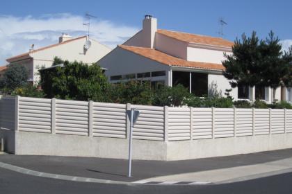 Clôture brise-vue PVC beige à installer par Komilfo