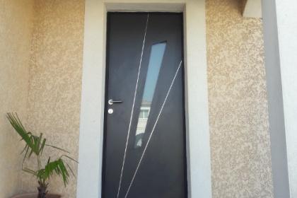 Porte d'entrée aluminium installée par Komilfo DH Menuiserie dans le Gard