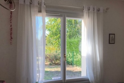 Isolation phonique renforcée avec la pose de fenêtres PVC double vitrage par Komilfo Poitiers