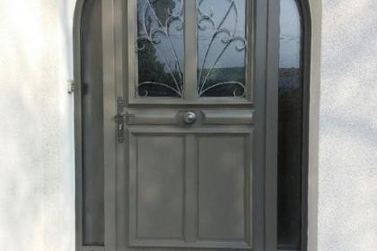 Pose d'une porte d'entrée sur-mesure avec fixe en aluminium à Angoulême