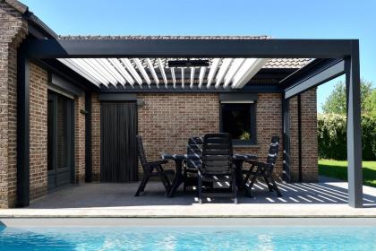 Pergola à toit rétractable installée au bord d'une piscine
