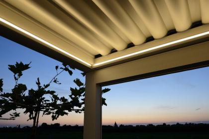 Pergola à toit rétractable avec système d'éclairage LED intégré