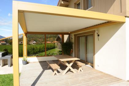 Exemple d'installation de pergola bioclimatique à lames orientables posée en Haute-Savoie