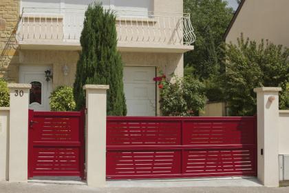 Portail coulissant rouge avec portillon assorti