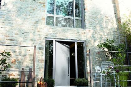 Porte d'entrée grise en aluminium