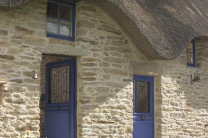 Porte d'entrée bois traditionnelle bleue Komilfo