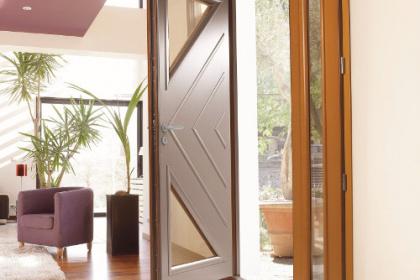 Porte mixte bois aluminium pour une entrée sur-mesure Komilfo
