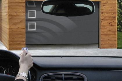 Porte de garage moderne motorisée Komilfo avec commande à distance