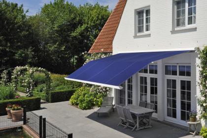 Store coffre extérieur double pente Komilfo toile bleue
