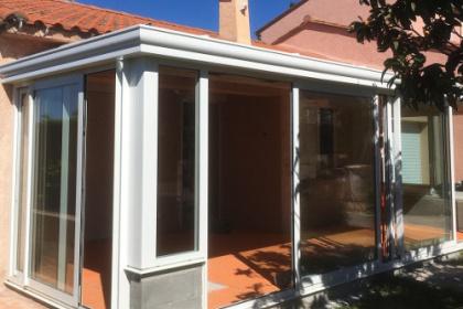 Véranda classique avec toit en verre installée près de Perpignan