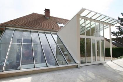 Véranda contemporaine architecturale sur-mesure Aluglass installée par Komilfo