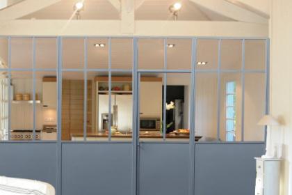 Installation d'une verrière d'intérieur avec cloison en acier Komilfo