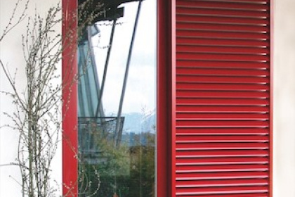 Volet aluminium rouge avec motorisation par Komilfo