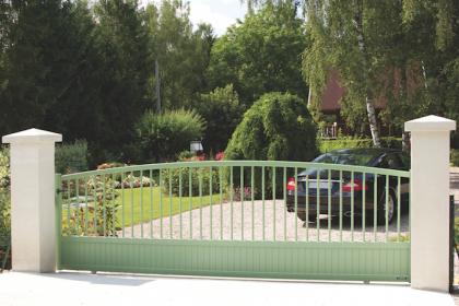 Portail coulissant vert Malaga fabriqué par La Toulousaine installé par Komilfo