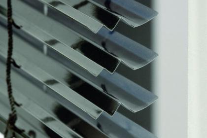 Store vénitien aluminium avec zoom sur les lames