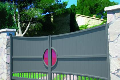 Portail battant design avec verre coloré rose