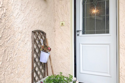 Porte d'entrée Aluminium, classique mi vitrée Conception Alu 80. Luminosité et élégance sont à l'honneur pour cette porte composée d'un vitrage givré habillé de petits bois plombs réalisé dans la tradition des maîtres verriers. Option serrure connectée disponible