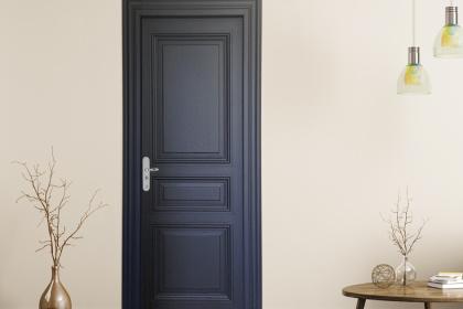 Porte blindée avec panneau haussmannien et plaque alu brossée