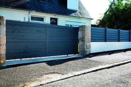 Portail design PVC et clôture sur muret assortie