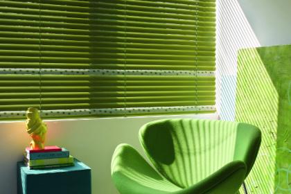 Store vénitien vert aluminium Luxaflex