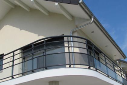 Garde-corps installé sur votre balcon par Komilfo