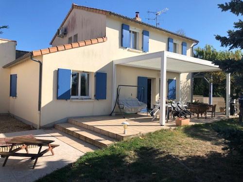 Rénovation de maison à Poitiers avec installation de pergola lames et changement de volets battants