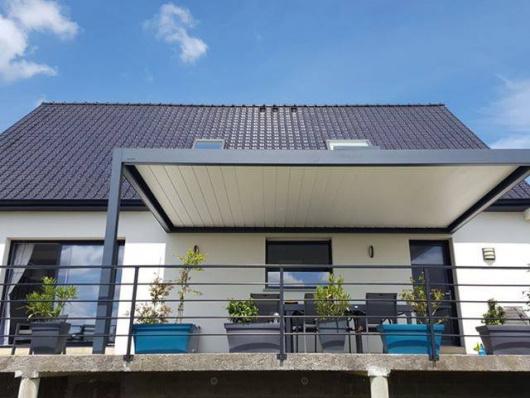 Pergola bioclimatique installée par Komilfo NovaStyle à Saint-Omer