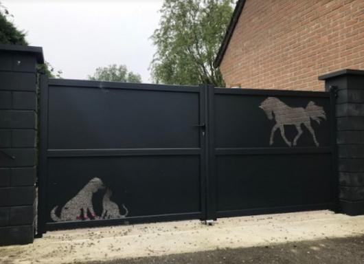 Pose portail aluminium avec motifs personnalisés par NovaStyle dans le Pas-de-Calais (62)
