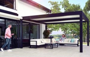 Installez une pergola sur votre terrasse et profitez d'instants privilégiés entre amis !