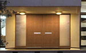 Porte d'entrée premium à deux vantaux disponible dans le réseau Komilfo