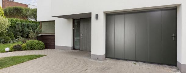 Porte de garage sectionnelle latérale Komilfo