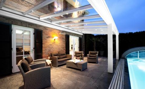 La pergola à toit vitré Komilfo pour un grand confort extérieur !
