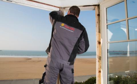 Un artisan expert pour une pose de fenêtre soignée et adaptée - Komilfo
