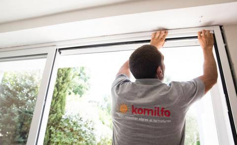 Artisan menuisier Komilfo expert pour la pose de vos fenêtres