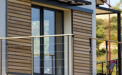 Le volet coulissant pour sécuriser votre façade avec élégance - Komilfo