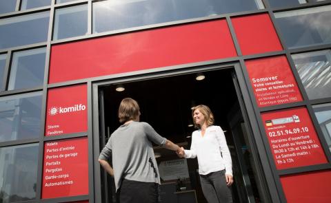 Rendez-vous en magasin avec votre conseiller Komilfo expert en fenêtres et baies vitrées