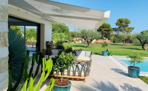 Un store banne blanc pour aménager votre terrasse en Provence - Komilfo