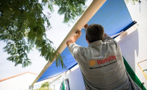 Une installation de store BSO par nos poseurs qualifiés Komilfo