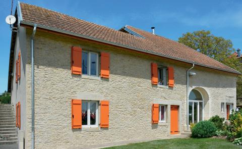 Volets battants orange pour valoriser la façade d'une maison - Komilfo