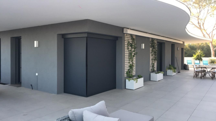 Store vertical zip d'angle motorisé toile micro perforée - Montpellier (Hérault) - Komilfo