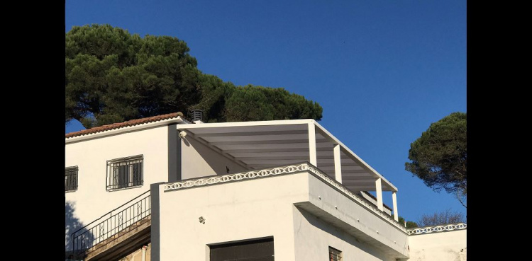 Oasis avec toiture en polycarbonate et 1 store zip - Installation Komilfo Isoger