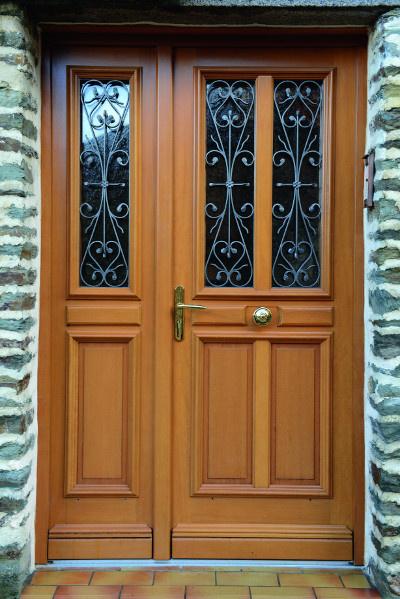 Porte d'entrée traditionnelle installée à Flers par Société Quenechdu, adhérent Komilfo dans l'Orne (61)