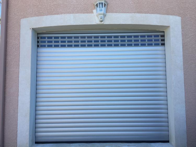 Porte de garage enroulable motorisée somfy aluminium ajouré profalux montpellier alu md komilfo
