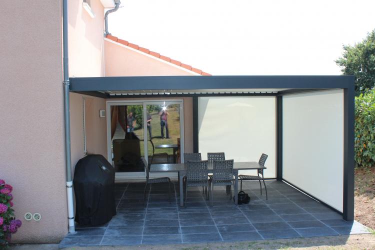 Pergola à lames orientables avec stores verticaux - Komilfo Luxastore Riom (63)