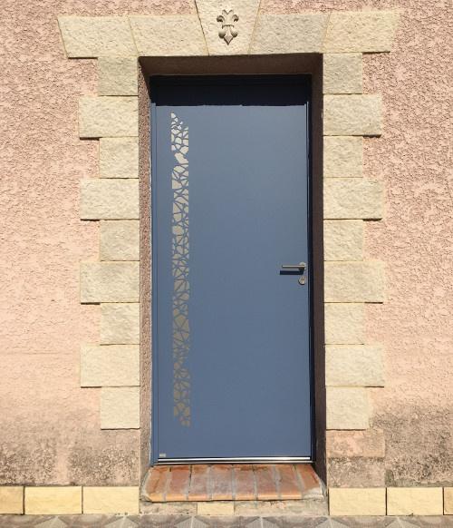 Porte d'entrée en aluminium ajourée installée par Komilfo Alu MD Delagrange dans l'Hérault (34)